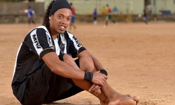 Ronaldinho phải ngồi tù, bản copy của anh nhờ vậy kiếm tiền mỏi tay