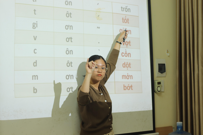 """Cô giáo """"vẽ"""" ước mơ cho trẻ điếc bằng ngôn ngữ ký hiệu"""