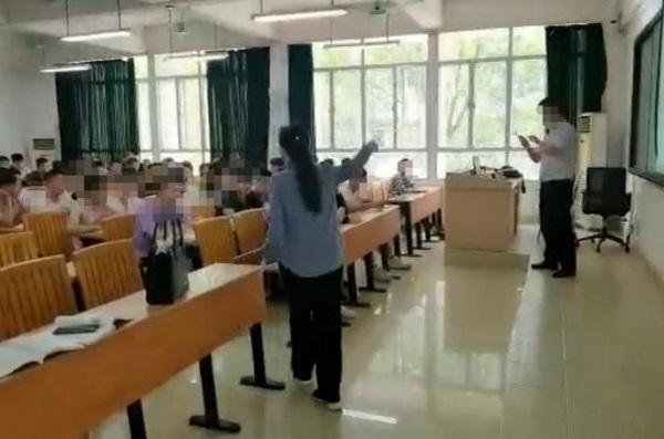 Người phụ nữ xông vào giảng đường làm loạn, tố bị nam giáo viên
