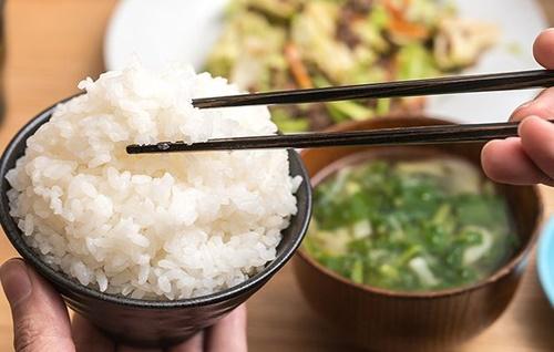 5 sai lầm khi ăn cơm khiến cơ thể gặp rắc rối, giảm tuổi thọ nhanh chóng