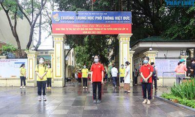 Sĩ tử Hà Nội đeo màng chắn giọt bắn đi thi vào lớp 10