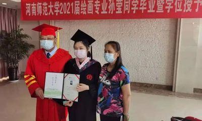 Lễ tốt nghiệp xúc động tại bệnh viện của nữ sinh 6 năm vừa chống chọi với ung thư, vừa hoàn thành xuất sắc việc học đại học