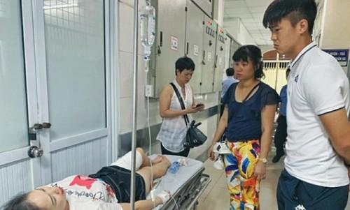 Duy Mạnh đến thăm nữ CĐV bị thương vì pháo sáng Hà Nội FC hứa chi trả viện phí